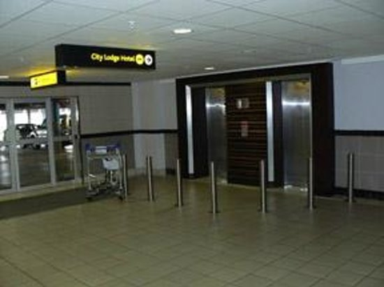 City Lodge Hotel OR Tambo Airport: Elevator at end of Walkway from Terminal