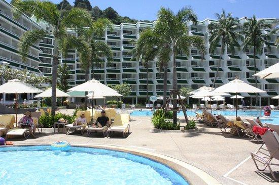 Le Meridien Phuket Beach Resort: 풀&객실외관