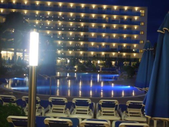 Golden Taurus Park Resort: piscine vue du snack