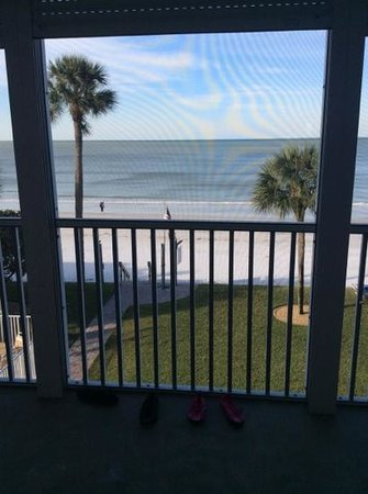 Pointe South Resort : Great beach soft sand but lots of shells to step on