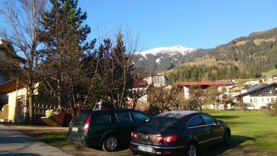 Hotel Kohlerhof: Parkplatz hinter dem Haus mit Blick auf das Spieljoch