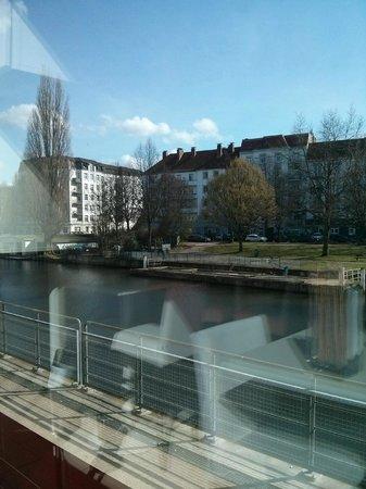 white lounge: Ausblick aus der hinteren Lounge auf den Kanal (über die Terrasse hinweg)
