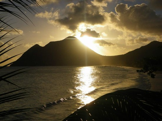 """Diamant Beach: Couché de soleil sur la montagne """"de la femme couchée"""""""