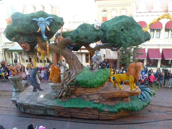 Walt's - an American Restaurant : Jungle Book & Lion King float from our table window in Walt's.