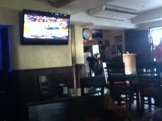 El Torito Sports Bar & BBQ House: Another tv right when you walk in.