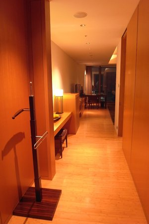 Mandarin Oriental, Tokyo: view of the room from entrance
