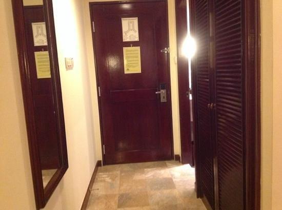 Discovery Kartika Plaza Hotel: entrada de la habitacion (foto1/9)
