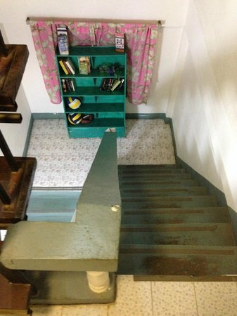 Urban Guesthouse: Steps down to the entrance