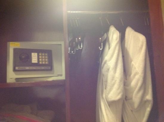 Discovery Kartika Plaza Hotel: 1/2(media)parte del closet (foto4/9)
