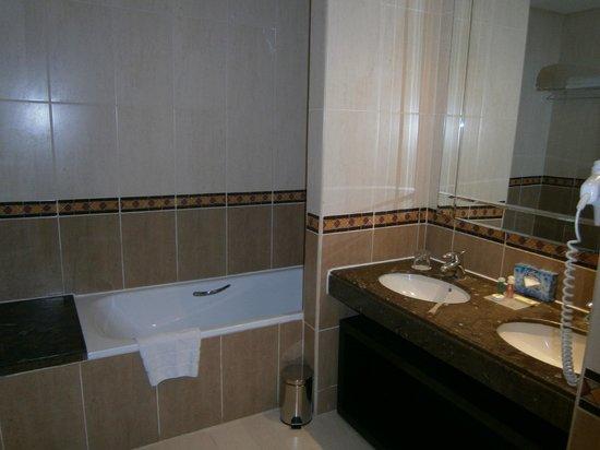 Eden Andalou Hotel Aquapark & Spa: Bath & twin basins