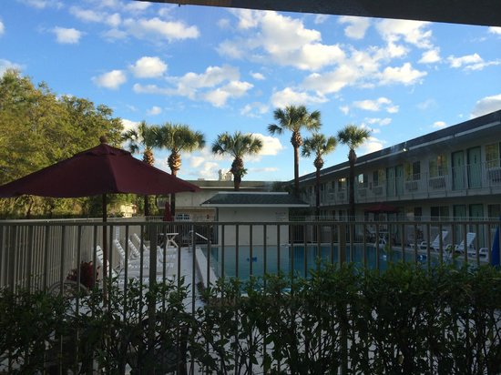 Motel 6 Orlando Kissimmee Main Gate East: This is the view from the laundry room.  How can it get better than that?
