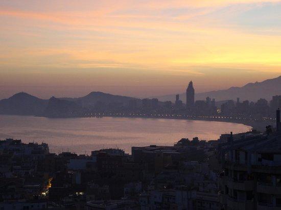 Hotel Madeira Centro: Uitzicht bij valavond vanop het balkon van onze kamer