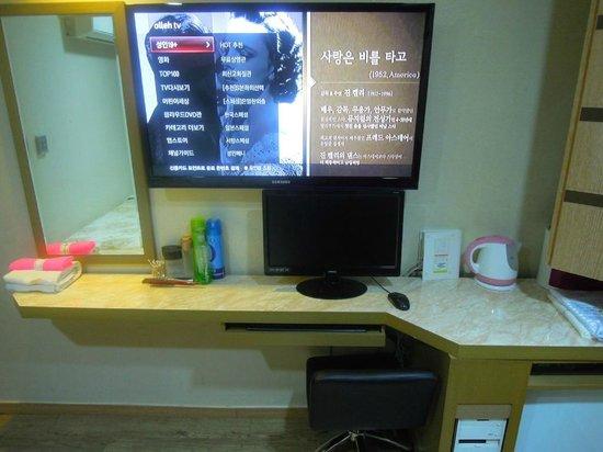 City Park Motel: テレビとPCは韓国語