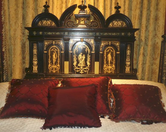 Bocage Plantation : View of bed in the Venetian Room