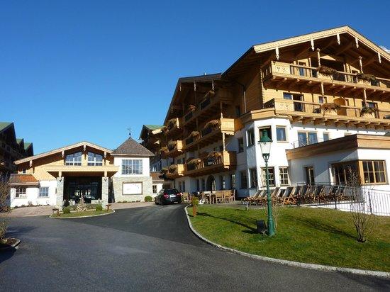 Hotel Forsthofgut: Hotel vorn mit Eingangsbereich