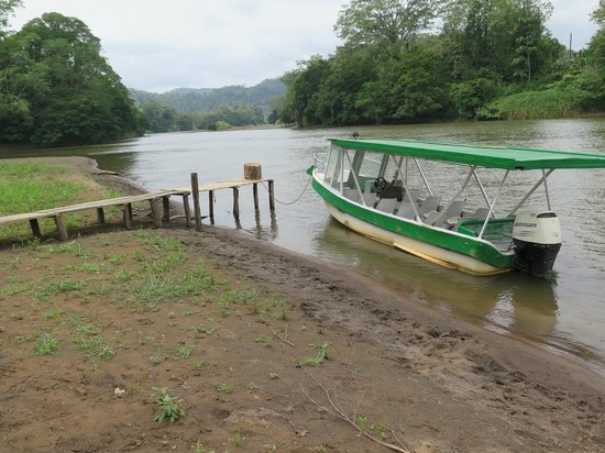 Maquenque Eco-Lodge: Boat to cross river to get to the Lodge