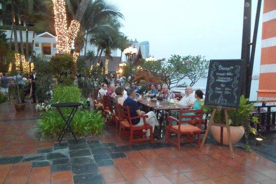 Anantara Riverside Bangkok Resort : APERO BORD DU FLEUVE
