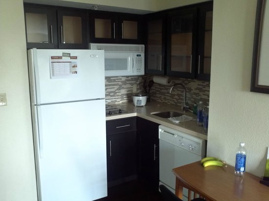 Staybridge Suites Ft. Lauderdale Plantation : Small but well equipped kitchen