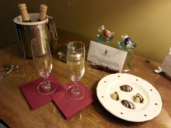 Hartstone Inn & Hideaway: The room special came with bubblie and chocolates