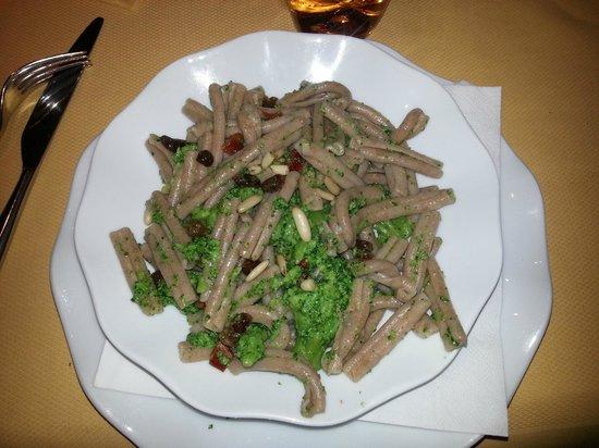 Al Grande Cerchio: Pasta di farro con broccoli, pomodorini e pinoli