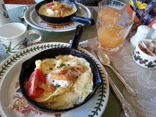 Hartstone Inn & Hideaway : Breakfast. Ham, eggs, potatoes, cream sauce, and cheese. Very good.