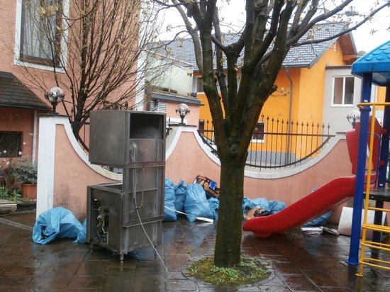 Vogelweiderhof: Müllhaufen wo der kinder spielsplatz ist, kinder sollen spielen mit der Müll