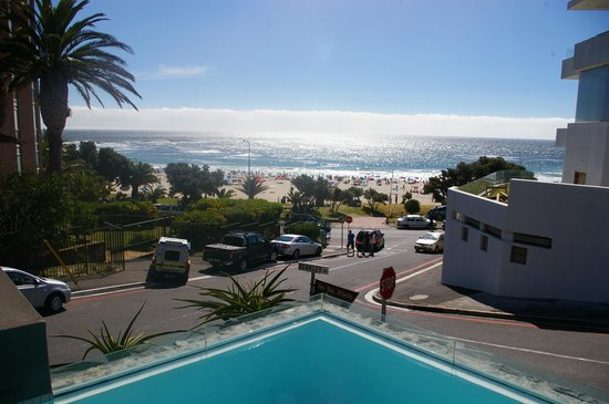POD Camps Bay: Vista da piscina com borda infinita - praia de Camps Bay