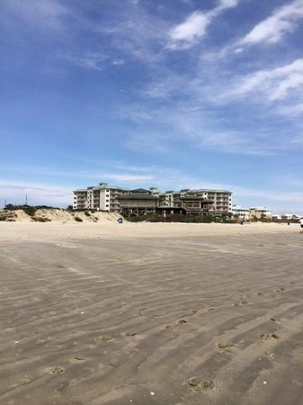 Holiday Inn Club Vacations Galveston Beach Resort: Beach looking back at Hotel