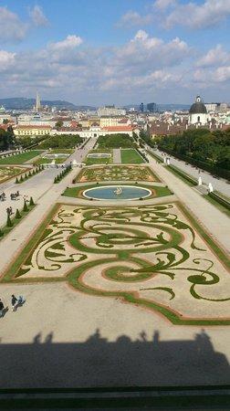 Schloss Belvedere: 宮殿内からみた庭園。