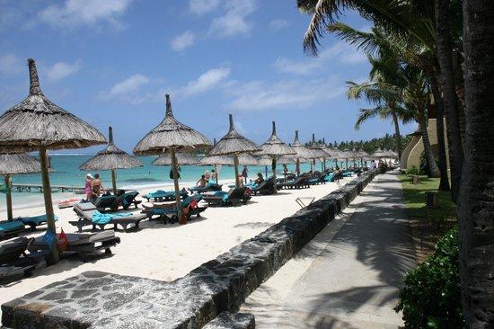 Constance Belle Mare Plage : дорожка в отеле между пляжем и номерами