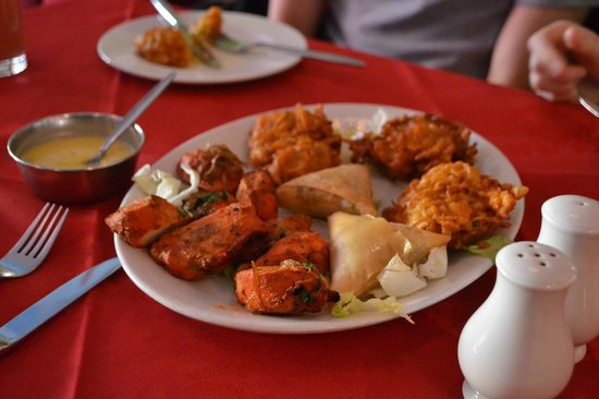 Lal Qila Indian Restaurant : Plate of mixed starters