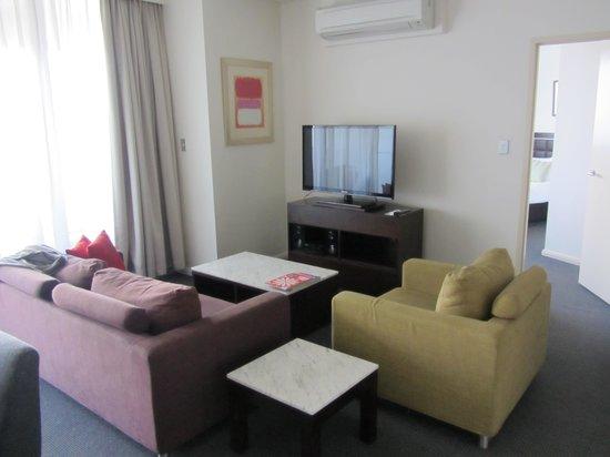 Meriton Serviced Apartments Kent Street: Comfy lounge with large flatscreen TV.