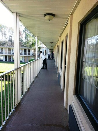 Travelodge Inn and Suites Jacksonville Airport: Corridor outside room