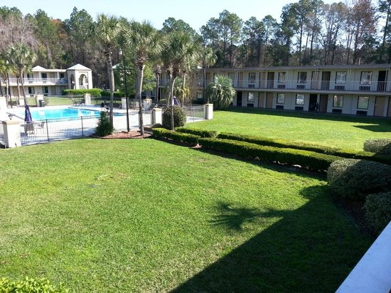 Travelodge Inn and Suites Jacksonville Airport: Nice View by Pool 2