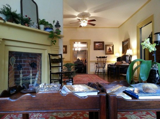 Brafferton Inn: The parlor area, amazing books and newspapers to read, tea, hot chocolate and coffee for guests.
