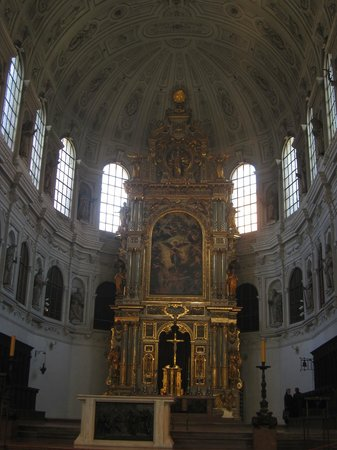 Michaelskirche: The grand altar
