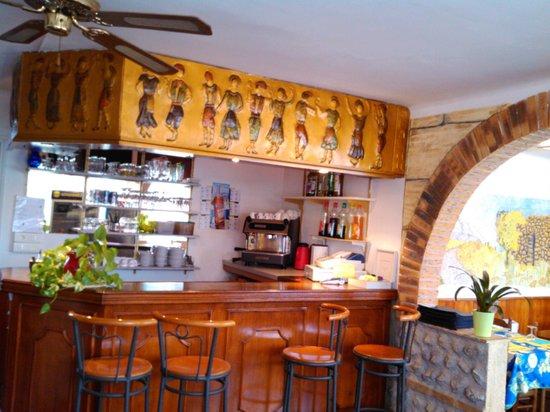 L'Aragon: bar salle de restaurant