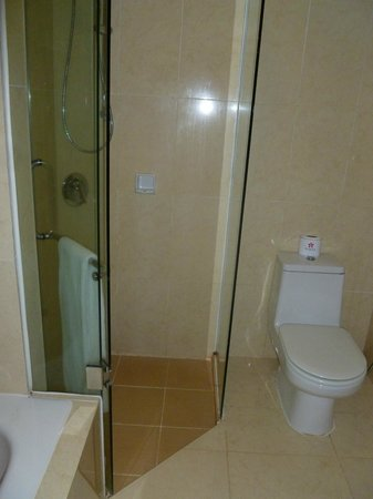 Sokha Beach Resort: Decent sized shower cubicle