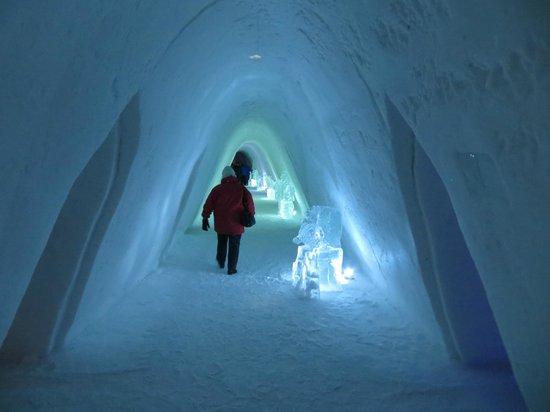 Ice corridor picture of kirkenes snowhotel kirkenes for Kirkenes snow hotel gamme cabins