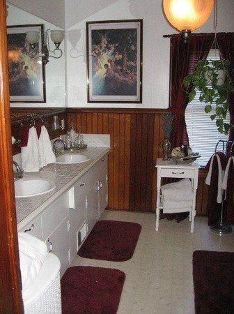 The Maples B&B: Seperate antique bath not pictured, smells of roses