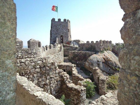 Castle of the Moors : Bandeira de Portugal tremulando no ponto mais alto do Castelo dos Mouros