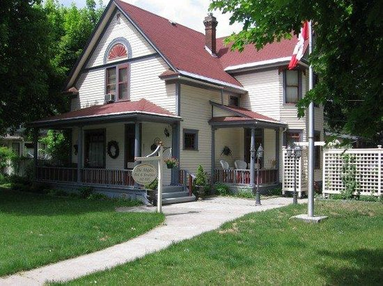 The Maples B&B: Great shot from the front of the property