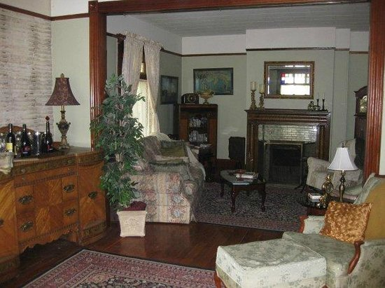 The Maples B&B: The sitting room