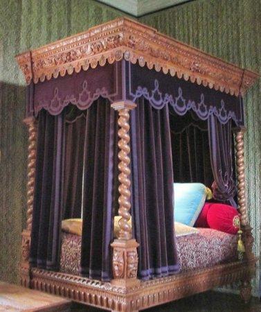 Chateau of Azay-le-Rideau: Luxurious bedding