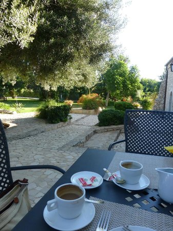Relais Torre Marabino: Breakfast in the garden