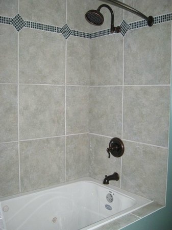 Arbour Cottage B & B: Jetted Soaker Tub & Shower