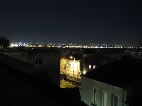 Ekim Apartments: Panorama notturno