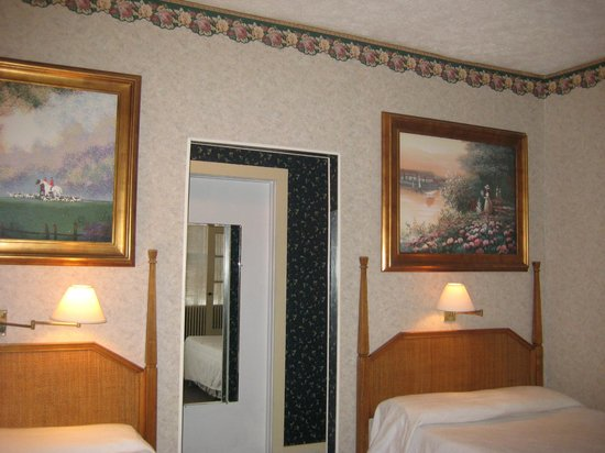 Cutty Sark Efficiency Motel: 201A MASTER BEDROOM