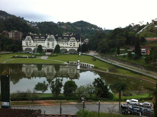 Gallardin Palace Hotel : Vista para o lago e o Palácio Quitandinha desde o hotel.