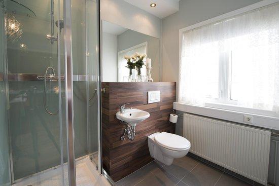 Nupan Deluxe: Triple Room - Bathroom